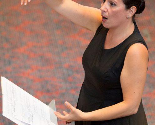 Chorleiterin Lucie Deroian